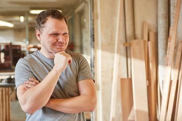 Lächelnder junger Mann als Handwerker