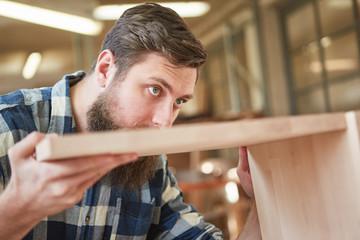 Schreiner Lehrling verzapft ein Holz Regal