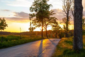 Zachód słońca, droga asfaltowa, pod słońce