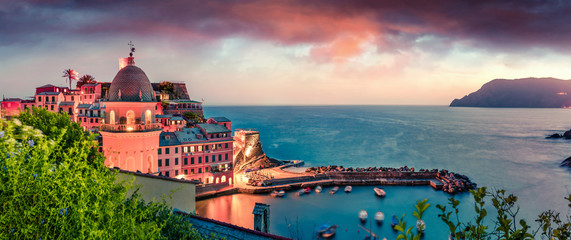 Papiers peints Europe Méditérranéenne Windy evening scene of Vernazza town. Fantastic sunset on Liguria, Cinque Terre, Italy, Europe. Beautiful seascape of Mediterranean sea. Traveling concept background.