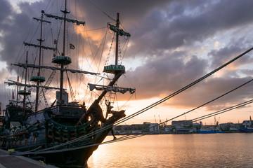 Fototapeta Statek piracki o zachodzie słońca obraz