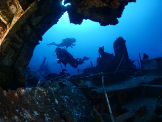 scuba divers exploring ship wreck scenery underwater shipwreck metal on the ocean floor