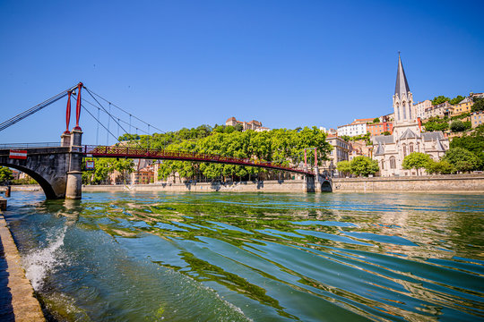 Passerelle Saint-Georges et vieux Lyon vu des quais de Saône