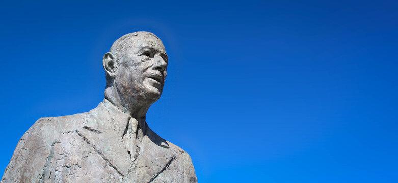 Calais, France - Mai 18, 2020 : Statue du Général de Gaulle sur la Place d'Arme de Calais. Sculpteur : Elisabeth Cibot