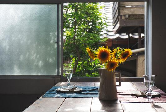 ひまわりを飾ったダイニングテーブル