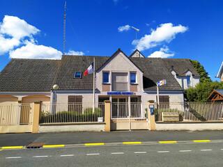 bâtiment de gendarmerie de campagne au bord d'une route