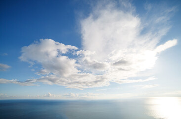 壁紙(ウォールミューラル) - Fantastic view of the azure Mediterranean sea. Clear sky with white fluffy clouds. Location place Sicily island, Italy, Europe.