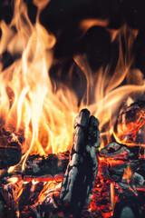 Wärmendes Lagerfeuer in der Nacht