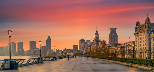 Shanghai The Bund historical old colonial buildings, Shanghai city skyline and skyscraper, sunrise on The Bund, China. Fotomurales