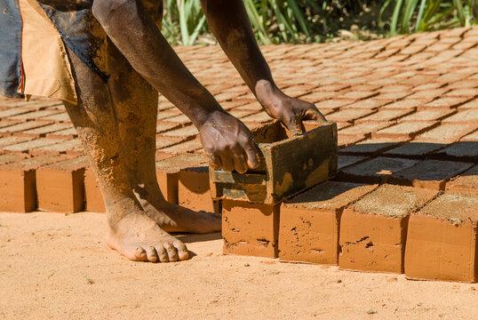 Fabrication artisanale de briques, vallée de la Sambirano - Madagascar.