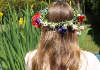 Obraz Dziewczyna w wianku  z polnych kwiatów na głowie - fototapety do salonu