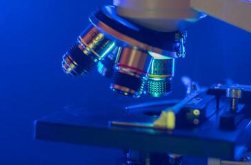Fototapeta Zbliżenie na mikroskop w niebieskim świetle  obraz