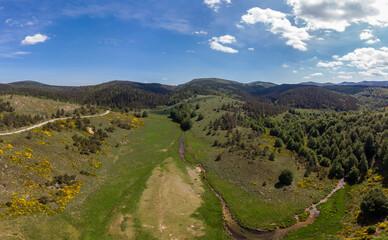 Panorama aérien  sur un vallon avec une rivière et une route