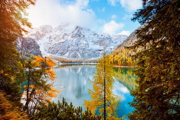 壁紙(ウォールミューラル) - Perfect scenery of famous alpine lake Braies (Pragser Wildsee). Location Dolomiti Alps, Italy, Europe.