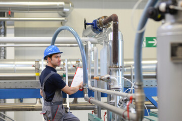 Industriearbeiter überwacht technische Anlage - Ingenieur bei der Arbeit in der Industrie // Industrial worker monitors technical plant - engineer at work in industry