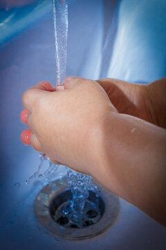 Niño se lava las manos