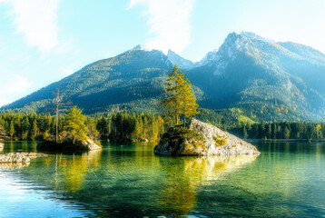 Fotomurales - Impressively beautiful Fairy-tale mountain lake in Bavarian Alps. Breathtaking Scene. Amazing view of beautiful mountain landscape in Alpine under sunlit. Famous lake Hintersee. Nature Background.