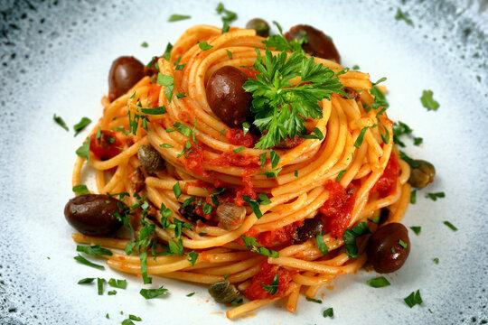 pasta spaghetti puttanesca con olive e capperi