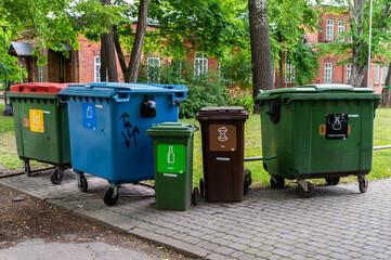 Obraz kosze na śmieci, segregacja śmieci - fototapety do salonu