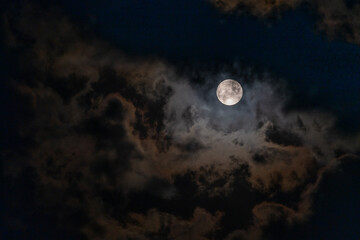 Papiers peints Nature Full Moon peaking through beautiful cloudscape