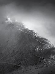 Fototapeta Ludzie wspinający się na szczyt podczas zamieci śnieżnej. obraz