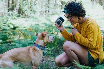 mujer haciendo fotos a un perro en la montaña