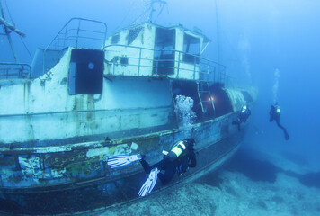 Photo Blinds Shipwreck Scuba Divers Exploring underwater ship wreck