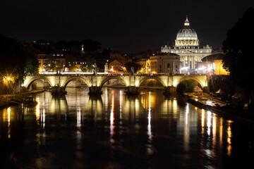 Rzym, nocny widok na Rzekę Tybr i Bazylikę św. Piotra