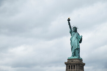 Tuinposter Historisch mon. Statue of Liberty against cloudy sky