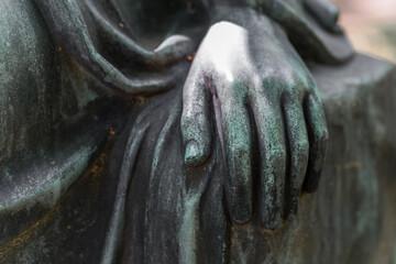 Detail Aufnahme einer weiblichen Hand einer Bronzestatue Frau in einem Park, Deutschland