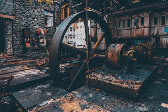 Vieille roue rouillée dans une usine