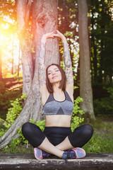 wysportowana kobieta wykonuje ćwiczenia na świeżym powietrzu w parku