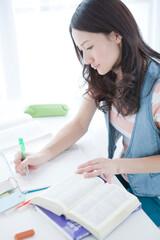 ノートをとる20代女性