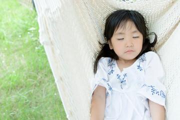 ハンモックで眠る5歳の女の子