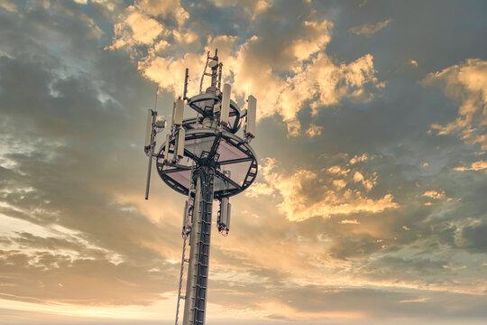 5 G Antenne ragt in den Himmel