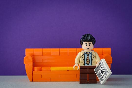 Lippstadt - Deutschland 11. Juni 2020 Lego Ross Geller mit Zeitung in der Hand