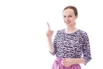 ポイントを指差す私服を着た若い女性