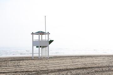 plaza ratownik budka ratownicza morze piasek