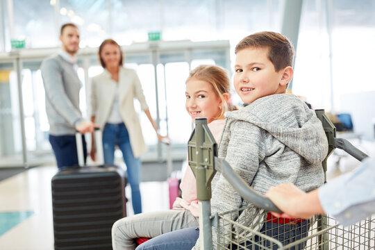 Kinder freuen sich auf den Flug in die Ferien