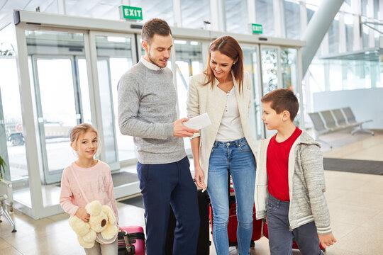 Familie freut sich auf die Reise in den Urlaub