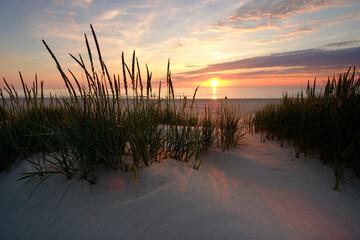 Morze Bałtyckie,zachód słońca na plaży w Kołobrzegu.