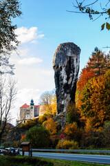 Fototapeta Castle in Pieskowa Skala and rock called Hercules Club obraz