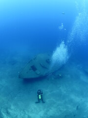 Foto auf Acrylglas Schiffbruch wreck dive underwater fish around ship wreck metal on ocean floor with scuba divers