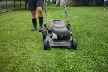 strzyżenie trawnika kosiarką