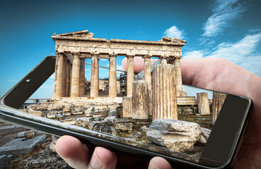 Fototapete - Parthenon on Acropolis of Athens, Greece. Picture of Athens landmark on smartphone screen, amazing photography of Ancient Greek monument