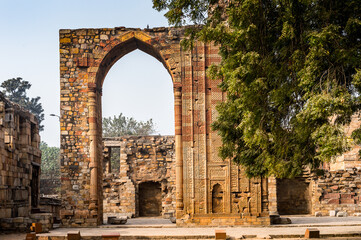 It's Qutb Mosque Arch Ruin at the Qutb complex (Qutub), an array of monuments and buildings at Mehrauli in Delhi, India. UNESCO World Heritage Site Fotoväggar