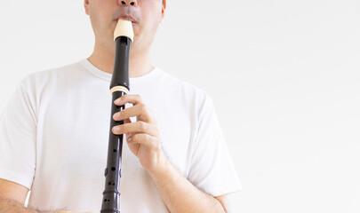 リコーダーを吹いている男性の写真