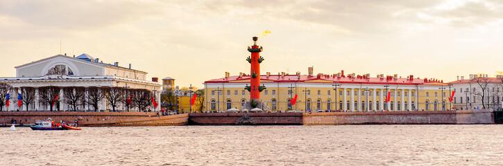 Papiers peints Europe du Nord COastline and bridge of Saint Petersburg.