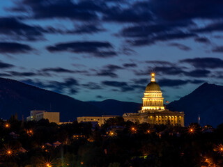 Fototapete - Close up of the State capital building in Utah at night