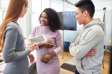 Multikulturelles Start-Up Team im Gespräch